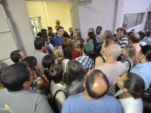 Amigos e familiares buscam informações em frente ao Hospital de Caridade de Santa Maria (Foto: Jean Pimentel/Agência RBS)