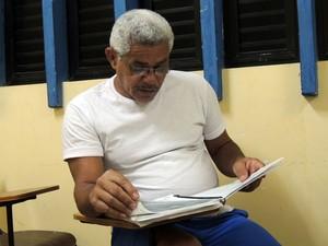 Sílvio em momento de estudo na biblioteca de Alcaçuz (Foto: Felipe Gibson/G1)