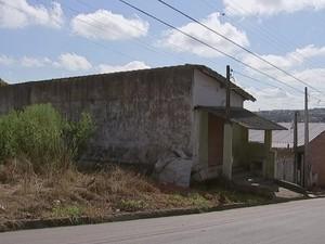 TV TEM flagrou terrenos com mato alto em vários bairros (Foto: Reprodução/ TV TEM)