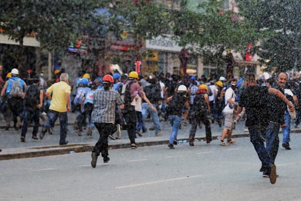 Polícia reprime protesto de sindicalistas nesta segunda-feira (17) em Istambul, na Turquia (Foto: AFP)