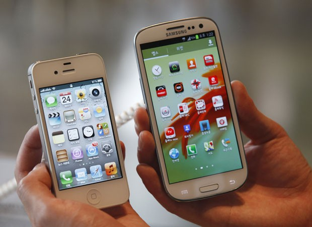 Usuário compara o iPhone 4S, da Apple, com o Galaxy S III, da Samsung (Foto: Lee Jae-Won/Reuters)