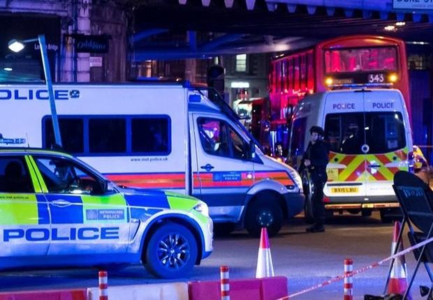 Polícia londrina atende a chamado após relatos de uma van ter atropelado um pedestre na London Bridge   (Foto: WILL OLIVER/EFE)