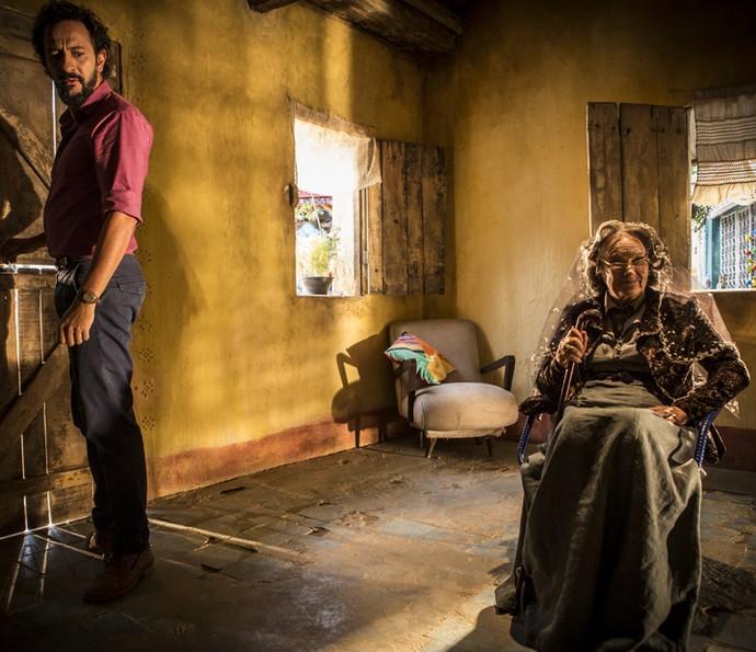 Bento leva um susto quando encontra Encarnação na sua casa (Foto: Inácio Moraes/Gshow)