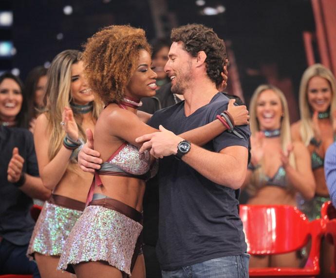 Flavio cumprimenta sua parceira de dança, Ivi Pizzot (Foto: Fabiano Battaglin/Gshow)