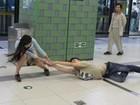 Lista reúne 'briga épica' por iPhone e mais cenas inusitadas em metrôs