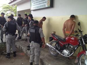 Suspeitos foram presos após perseguição da Polícia Militar (Foto: Walter Paparazzo/G1)