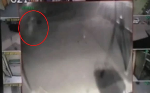 Câmeras da polícia flagram criatura fantasmagórica nos EUA (Foto: Reprodução/YouTube/ALLTVCHANNEL2)