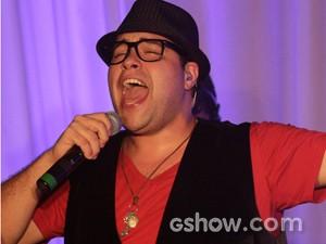 Tiago canta para o elenco (Foto: Fabio Rocha / TV Globo)