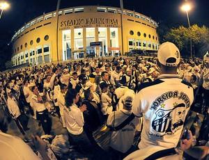 torcida do Santos chegando ao Pacaembu para a final da Libertadores (Foto: Marcos Ribolli / Globoesporte.com)