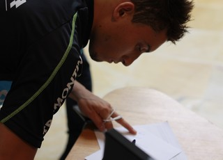 Alex Telles autograma em academia (Foto: Diego Guichard)