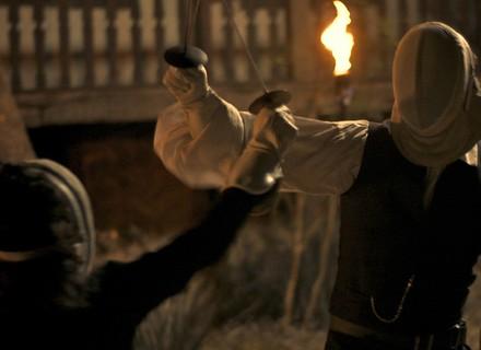 Joaquina e Raposo travam luta de espadas após discussão