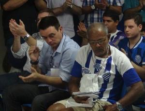 Torcedor do CSA emociona durante assembleia do conselho (Foto: Denison Roma / GloboEsporte.com)