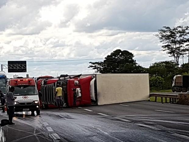 Caminhão tomou as duas pistas da rodovia (Foto: Arquivo Pessoal)