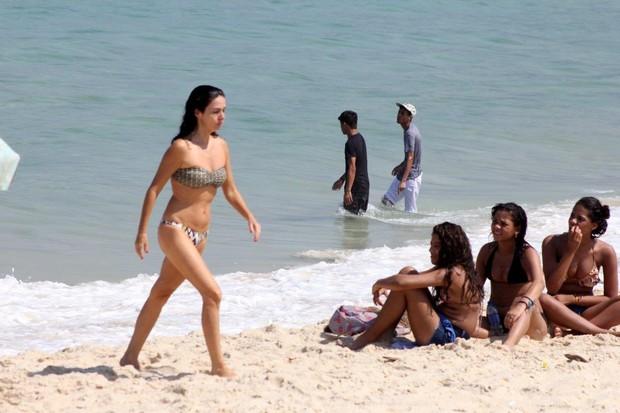 Claudia Ohana na praia de Ipanema, no RJ (Foto: JC Pereira/AgNews)