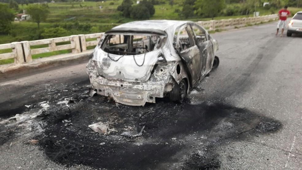 Assaltantes queimaram veículo em ponte durante a fuga (Foto: Luiz Freire)
