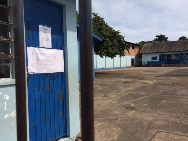 Cartaz avisa que escola estará fechada nesta quinta em Cachoeirinha (Foto: Bernardo Bortolotto/RBS TV)