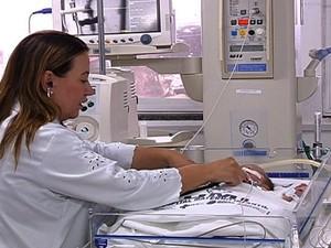 Bebê que nasceu após mãe morrer em acidente comove médicos em Goiânia, Goiás (Foto: Reprodução/TV Anhanguera)