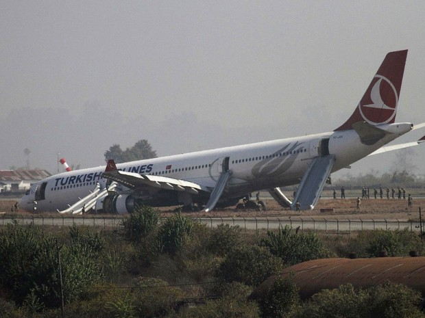 [Internacional]  Em meio a neblina, avião pousa de nariz em aeroporto do Nepal 2015-03-04t043913z_31582045