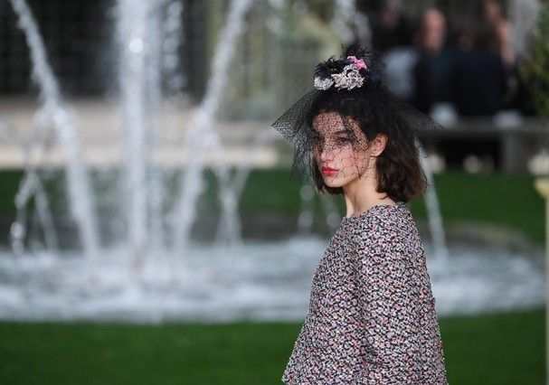 PARIS, FRANCE - JANUARY 23:  A model walks the runway during the Chanel Spring Summer 2018 show as part of Paris Fashion Week on January 23, 2018 in Paris, France.  (Photo by Pascal Le Segretain/Getty Images) (Foto: Getty Images)