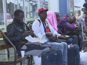 Imigrantes desembarcaram na rodoviária de Porto Alegre (Foto: Reprodução/RBS TV)