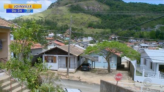 Um mês após vendaval, moradores de Tubarão ainda reconstroem casas