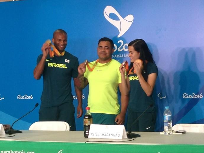 Gustavo Araújo, Evânio Rodrigues e Verônica Hipólito fazem um som com medalhas (Foto: Danielle Rocha)