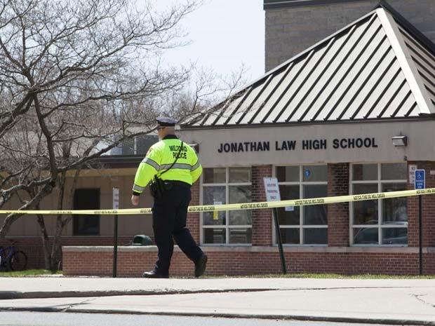 Polícia isolou escola em que menina de 16 anos foi morta a facadas por colega nesta sexta-feira (25) (Foto: REUTERS/Michelle McLoughlin)