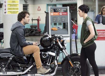 Flavia questiona Tiago sobre Isabela