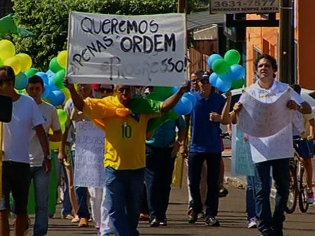 Manifestantes pediram fim da corrupção durante protesto em Jataí, Goiás (Foto: Reprodução/TV Anhanguera)