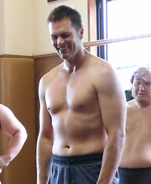 Tom Brady se arrisca no sumô (Foto: Reprodução/Under Armour)
