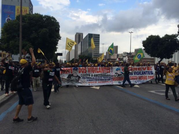 Grupo de vigilantes interditou a pista central da Avenida Presidente Vargas (Foto: Marcelo Elizardo / G1)