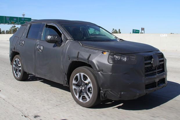Novo Toyota RAV4 é flagrado em testes (Foto: Automedia)