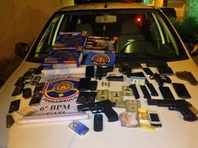 Agentes apreenderam com grupo armas, munição, celulares, dinheiro e documentos (Foto: Divulgação/ Polícia Militar)