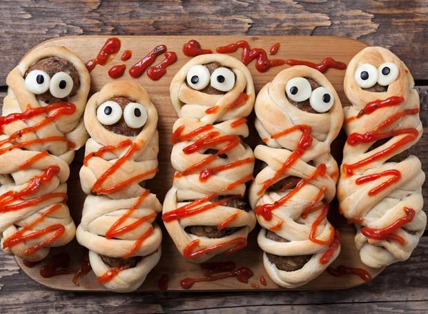 Também envoltos com massa de enroladinho, os croquetes de carne viraram múmias mais engraçadinhas do que assustadoras.  (Foto: Thinkstock)