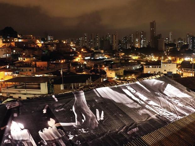 Até em telhados foram instaladas fotografias de Beto Figueiroa (Foto: Divulgação)
