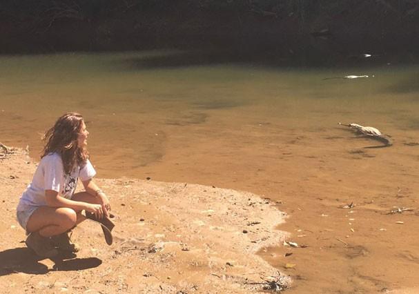 Mariana Goldfarb observa um jacaré na lagoa (Foto: Arquivo Pessoal)