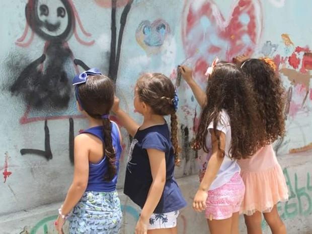 Crianças se divertem sem presentes no Dia das Crianças (Foto: Érica Chianca/Arquivo Pessoal)