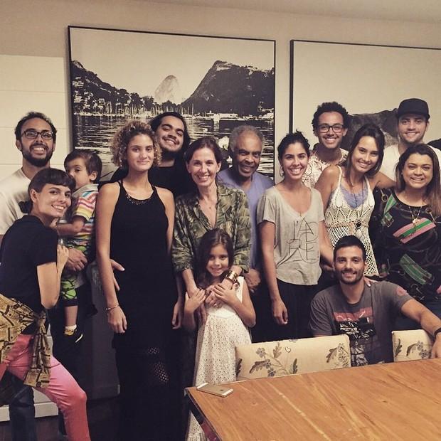 Gilberto Gil com a mulher, Flora Gil, filhos e netos (Foto: Instagram/ Reprodução)