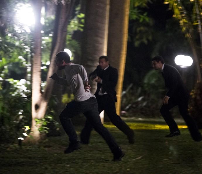 Dante e os seguranças tentam impedir a fuga dos bandidos (Foto: Ellen Soares/ Gshow)
