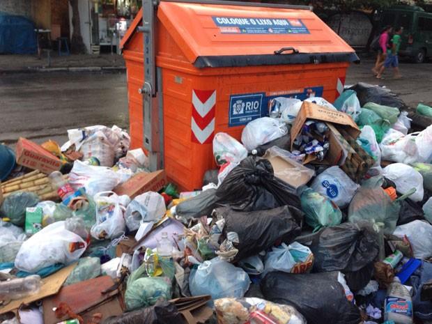 Lixo transborda de conteiner e ocupa calçada e parte da rua em Rio das Pedras (Foto: Matheus Rodrigues/G1)