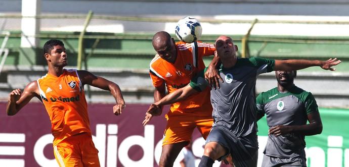 Carlos Henrique au duel de la tête, lors de la rencontre face à Boavista