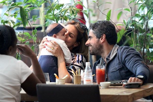 Nívea Stelmann almoça com a filha e o marido