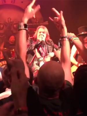 Axl Rose durante apresentação no Troubadour, em Los Angeles (Foto: Reprodução/Youtube)