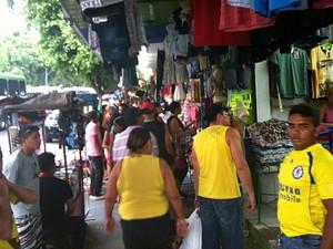 Com o décimo terceiro, manauenses lotam comércio de Manaus (Foto: Girlene Medeiros / Do G1 AM)