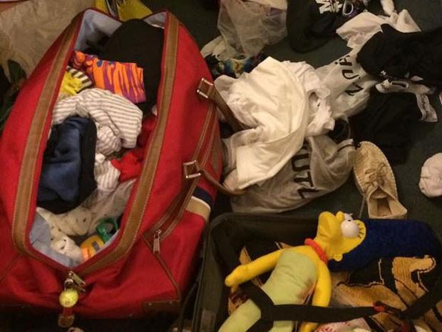 Nathalya Godoy teve a mala com zíper e cadeado violada, mas alguns objetos não foram furtados (Foto: Arquivo pessoal/Nathalya Godoy)