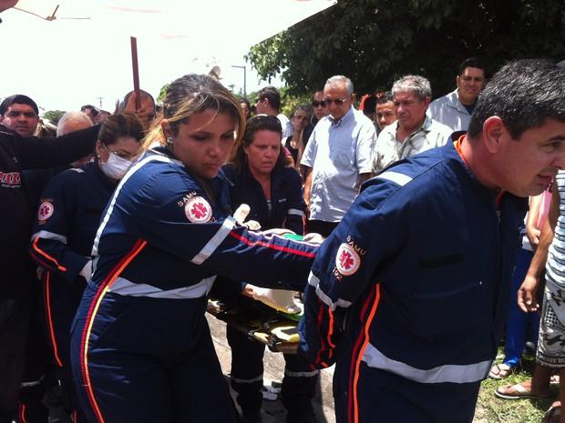 Samu tira passageira ferida em acidente das ferragens, em Natal (Foto: Igor Jácome/G1)