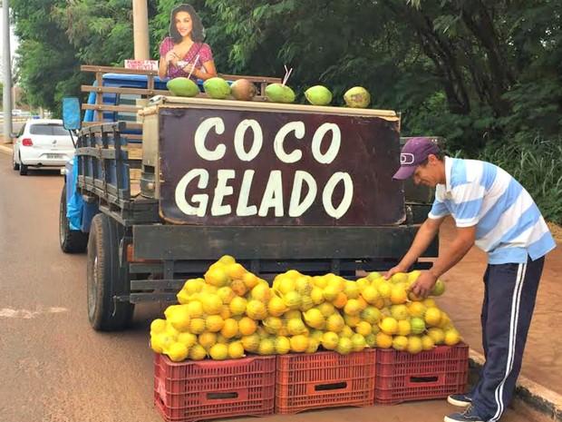 Vendedor disse que vendas aumentaram em 30% com a imagem da atriz (Foto: Graziela Rezende/G1 MS)