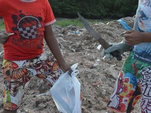 Meninos conseguem até R$ 10 por dia catando pedaçoes de cobre no antigo Lixão. (Foto: Aline Oliveira/G1)