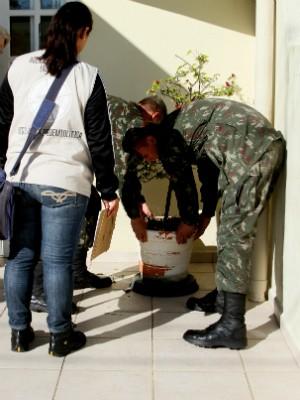 Visitas são feitas com dois militares e um agente de endemia (Foto: Victor Schneider/Divulgação)