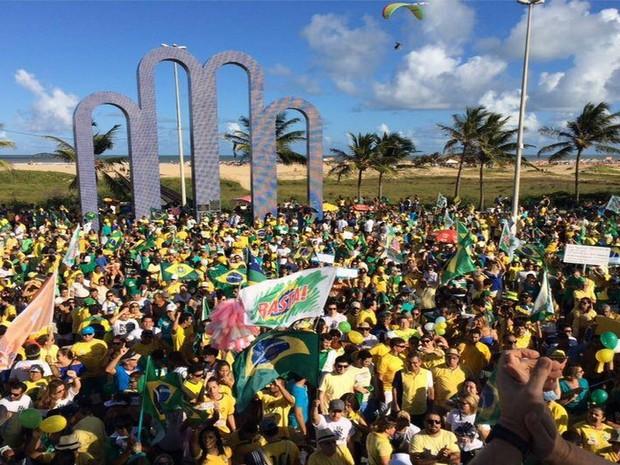 Manifestação é realizada na orla de Aracaju  (Foto: Tassio Andrade/G1)